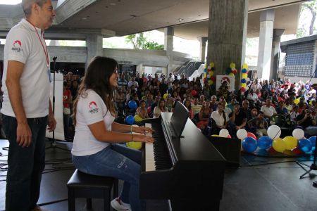 """Escuela de Formación Musical """"El Niño Simón"""" recibe instrumentos en los espacios abiertos del Teatro Teresa Carreño"""